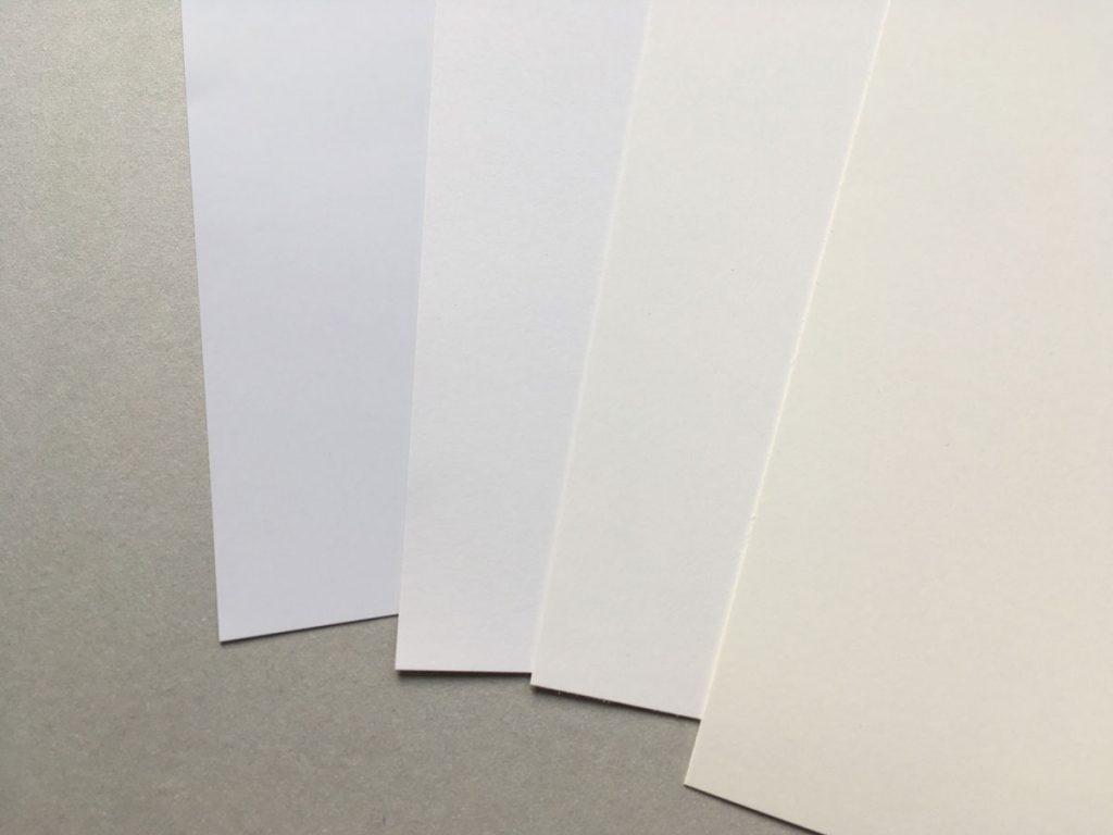 Papiere mit verschiedenen Farben liegen leicht versetzt aufeinander