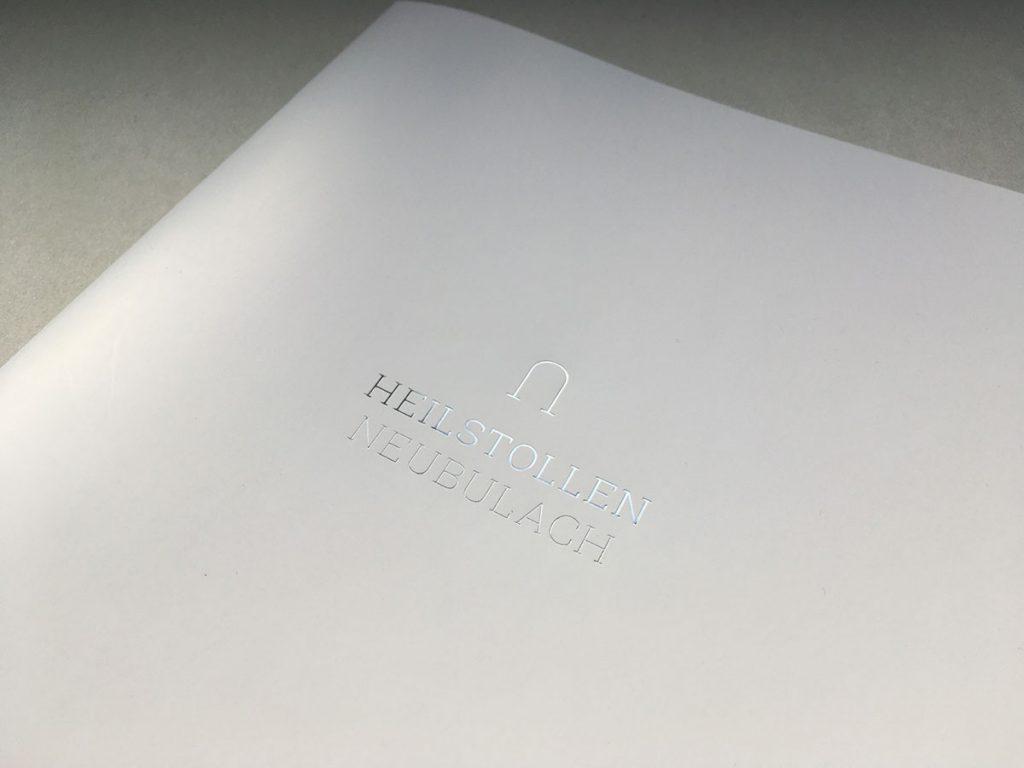 Heißfolienprägung auf einer Info-Broschüre für eine individuelle Geschäftsausstattung